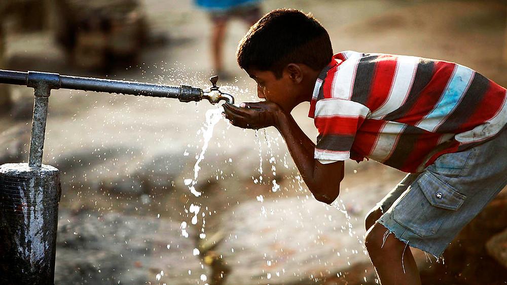 Água de poço é potável? Garoto bebe água de uma torneira