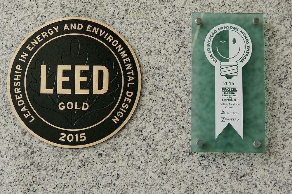 Selos das certificações ambientais LEED e Procel lado a lado