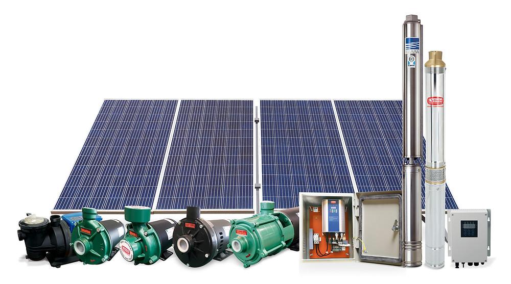 Painel solar ao fundo e diferentes modelos de bomba movida a energia solar para poço artesiano na frente