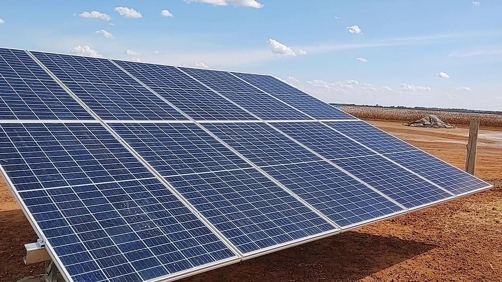 painel solar em um campo