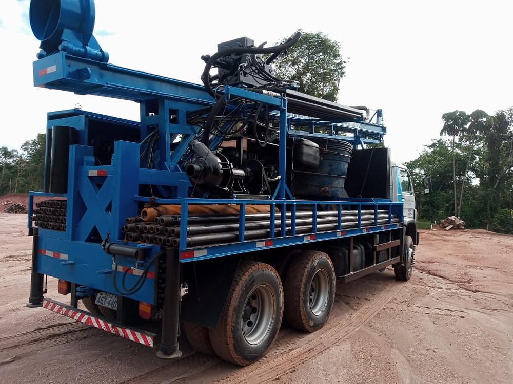 máquina de perfuração de poço artesiano em cima de um caminhão