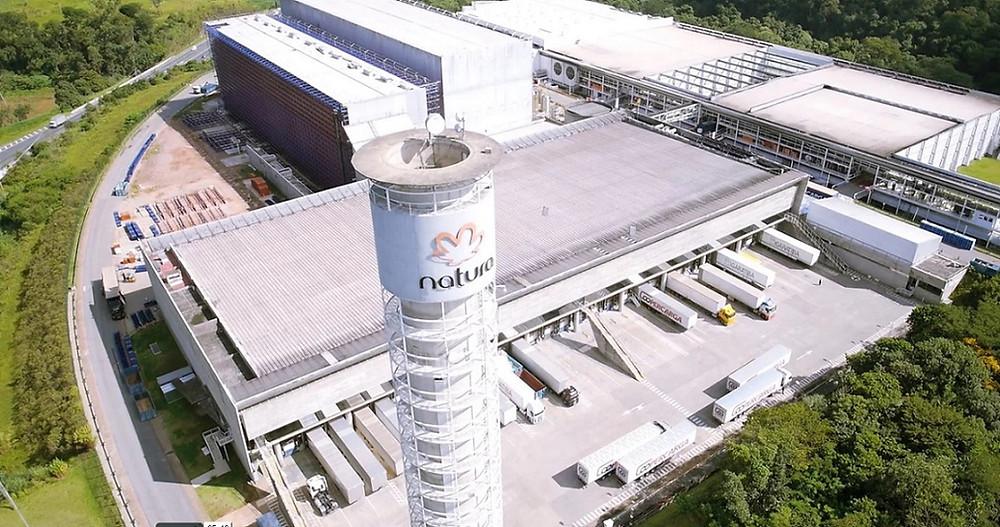 A fábrica da Natura em Cajamar (SP) utiliza água de reuso em larga escala envolvendo sanitários, limpeza predial e utilidades