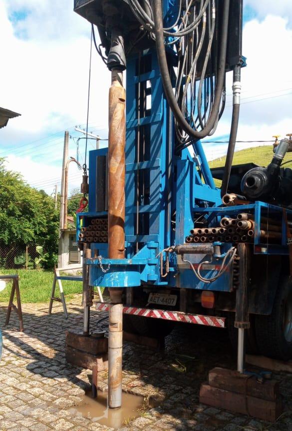 Máquina perfurando poço artesiano