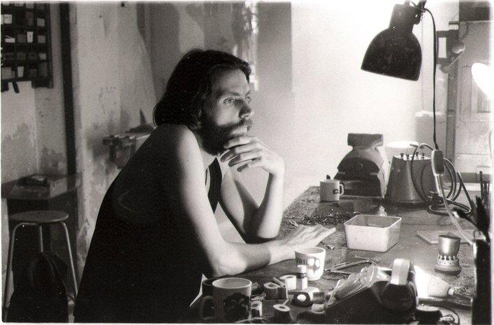 John-Nieland-in-zijn atelier-in-Graansilo-Amsterdam