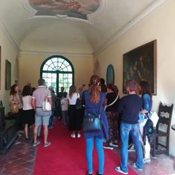 turisti nel castello.jpg