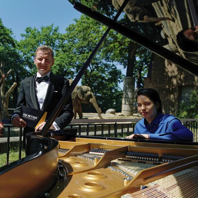 Ron Maxim Huang spielt Klavier für Elefanten im Zoo Berlin, in der Sendung - Showtime, Herr Kessler!