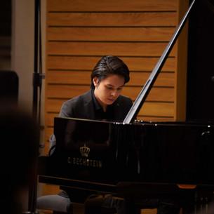 Ron Maxim Huang spielt bei der Neueröffnung des Tonstudios in der Ölbergkirche Berlin