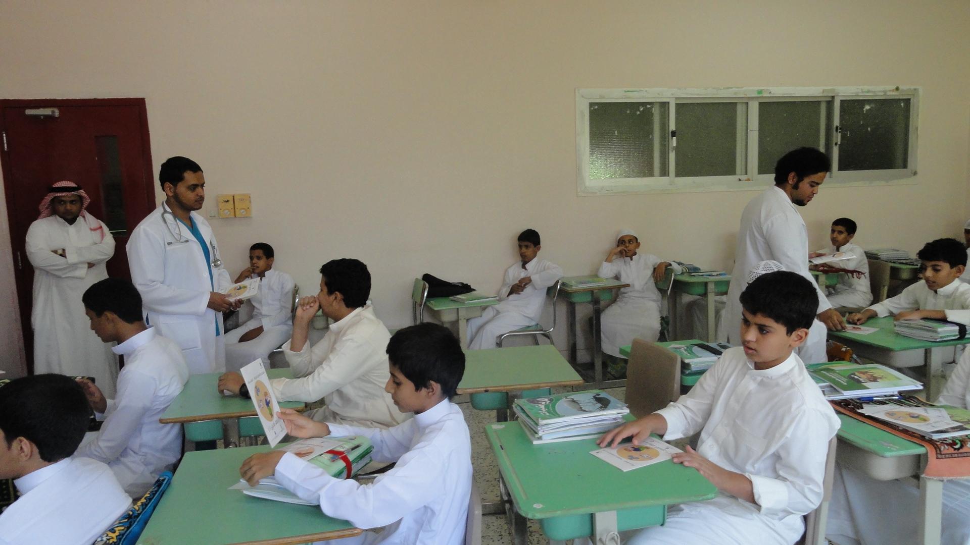 الفريق التطوعي بأبها- خلال التوعية الصحية في أحد المدارس.jpg 1.jpg