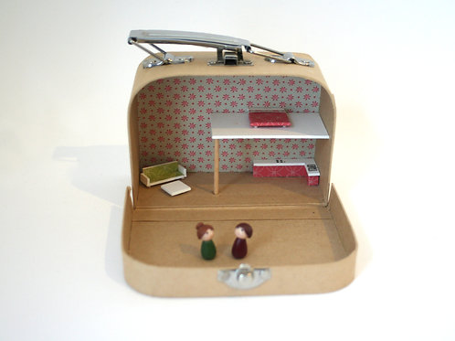 maison de poupée miniature dans une petite valise en carton