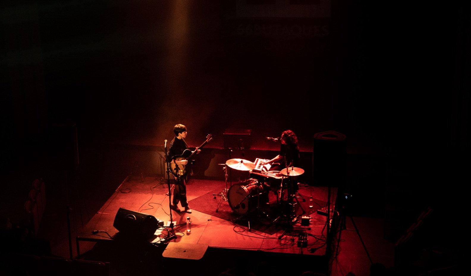 Anna Andreu i Marina Arrufat en directe a Figueres La Cate. Fotografia de Marc Merin