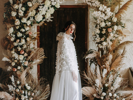 La novia de la capa de tul bordada.