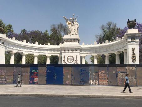 CDMX blinda con vallas metálicas Palacio Nacional y otros edificios y comercios previo a marcha