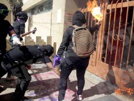 Mujeres lanzan bombas molotov y petardos a casa de campaña de Félix Salgado en Chilpancingo