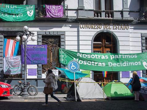 Feministas cumplen siete días de inédita toma del Congreso de Puebla
