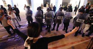 Mujeres detenidas durante protesta en Cancún denuncian agresiones sexuales de los policías