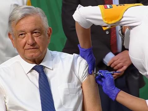 El presidente López Obrador recibe primera dosis de vacuna contra COVID-19