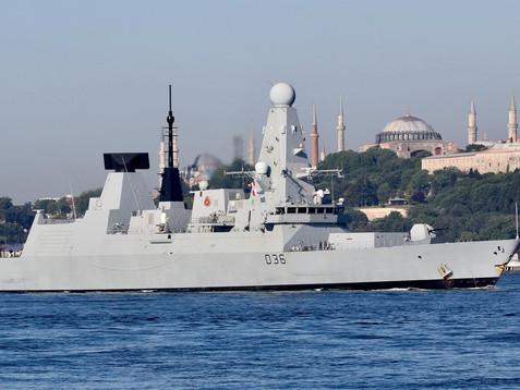 Tensión extrema en el Mar Negro: un barco y un bombardero rusos lanzaron disparos de advertencia