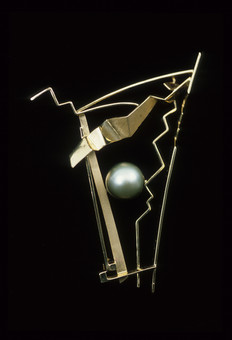 """""""Pearl Scape"""". Brooch. 2001. 18K gold, Taitian pearl. 5"""" x 4"""" x 1"""". Collection of J Jean Kim."""