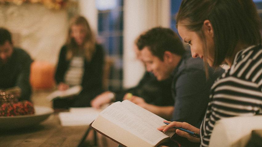 Personas-leyendo-la-Biblia.jpg