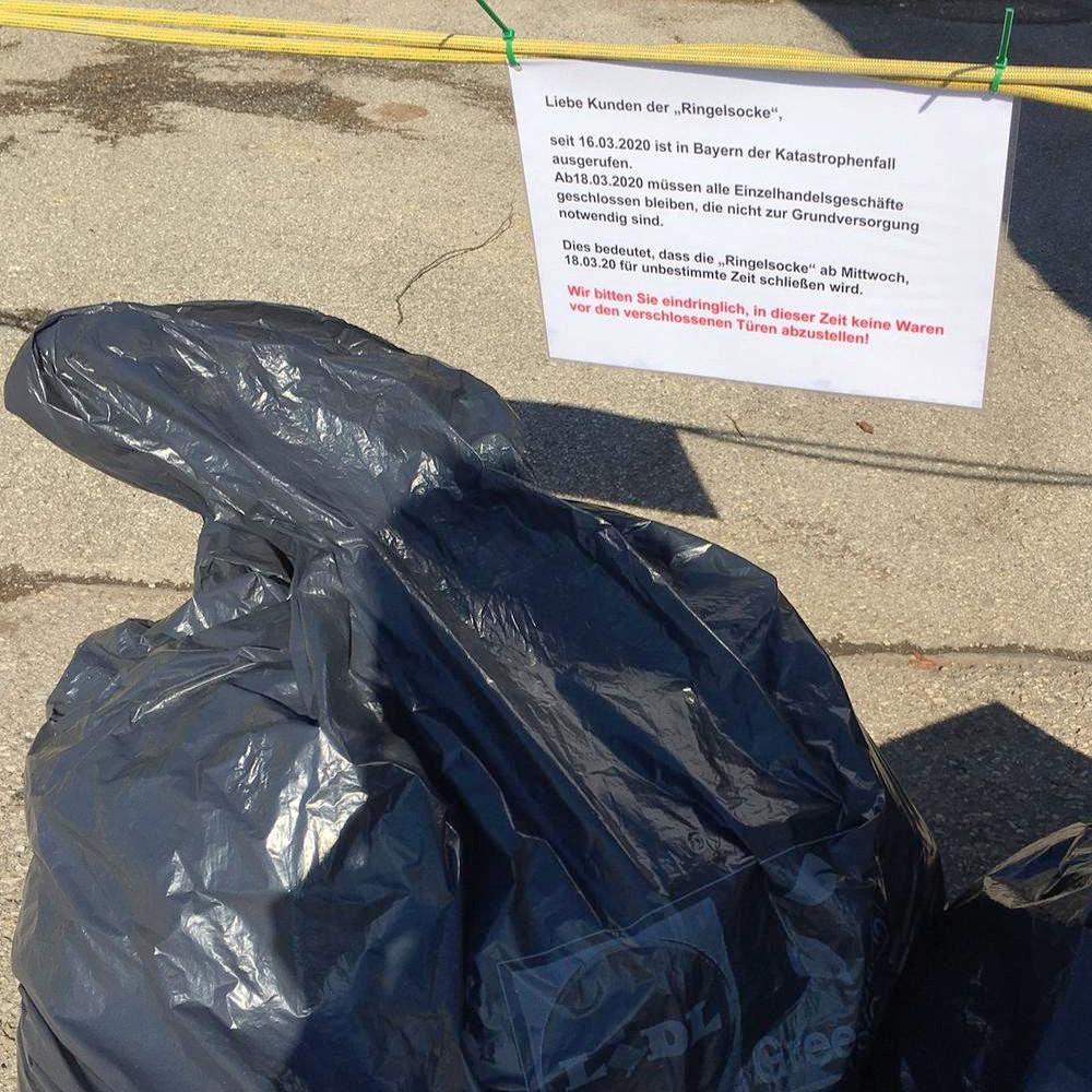 Foto von wild abgeladenen Müllsäcken mit Kleiderspenden.