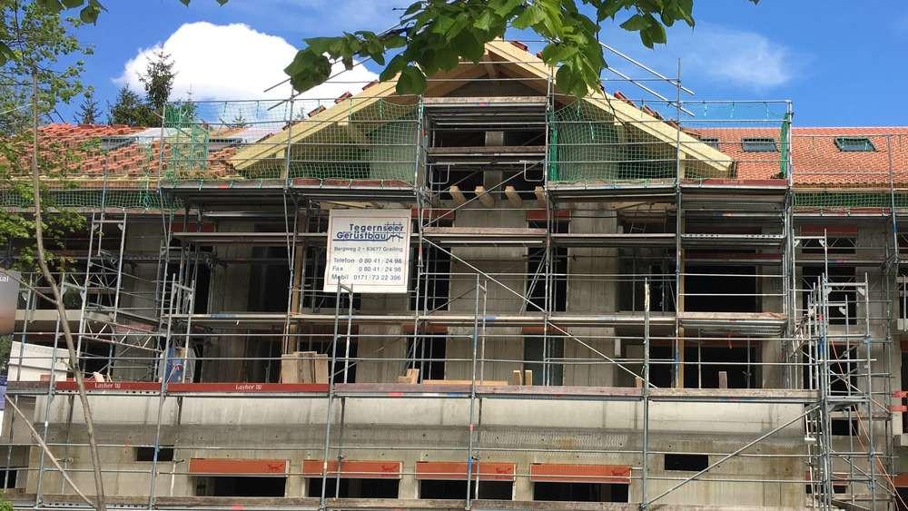 Frontal-Foto vom Rohbau der neuen Tagespflege ih Bad Wiessee.