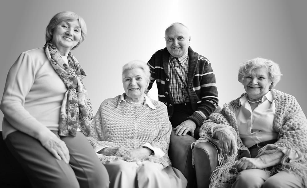 Vier Senioren freuen sich über die Fertigstellung der neue Tagespflege Hiltl in Bad Wiessee.