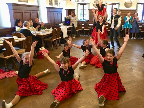 Faschingssaison für Gmunder Senioren mit 50er und 60er Jahre Darbietung der Seegeister eröffnet