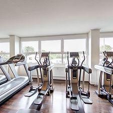 """Du erwartest natürlich mehr als nur Räume mit Geräten und Hanteln    Ganz gleich, auf welchem Fitnesslevel Du gerade bist.Wir stellen Dir ein perfektes Programm zusammen, das speziell auf Deine Bedürfnisse zugeschnitten ist.    Erwarte eine individuelle Trainingskonzeptionund qualifizierte Trainingsbetreuung.    Ob an den klassischen Geräten, mit gezieltem Kurz- oder Langhanteltraining oder  """"nur"""" mit dem eigenen Körpergewicht, gemeinsam gestalten wir Dein Training spannend und erfolgreich, vor allen Dingen aber gesund. Dein Fitnessstudio in Mainz Weisenau."""