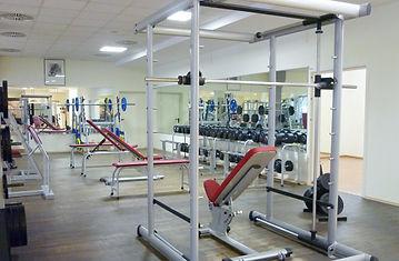 """Du erwartest natürlich mehr als nur Räume mit Geräten und Hanteln. Ganz gleich, auf welchem Fitnesslevel Du gerade bist.Wir stellen Dir ein perfektes Programm zusammen, das speziell auf Deine Bedürfnisse zugeschnitten ist. Erwarte eine individuelle Trainingskonzeptionund qualifizierte Trainingsbetreuung. Ob an den klassischen Geräten, mit gezieltem Kurz- oder Langhanteltraining oder  """"nur"""" mit dem eigenen Körpergewicht, gemeinsam gestalten wir Dein Fitnesstraining spannend und erfolgreich, vor allen Dingen aber gesund. Dein Fitnessstudio in Mainz Weisenau."""