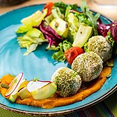 Салат с фалафелем, овощами и морковным соусом, 210 гр