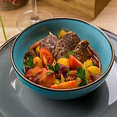Томленые говяжьи щечки в овощном рагу, 300 гр