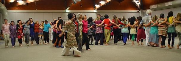 Une séance de Biodanza consiste en un ensemble de danses et propositions qui se pratiquent seul, à deux ou en groupe
