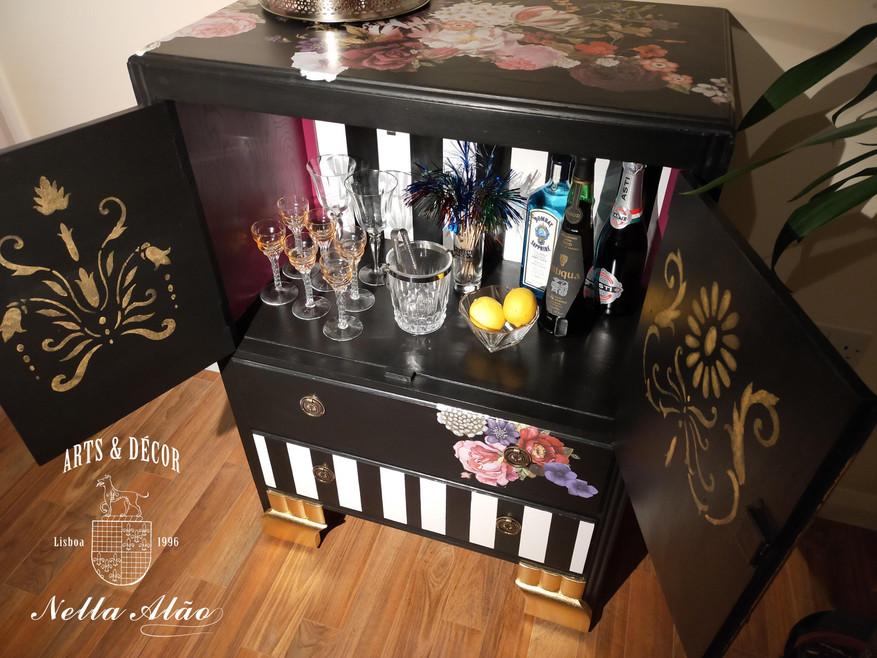 Excellent cabinet for a cocktail bar.jpg