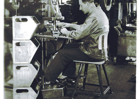 Arbeiter auf Rowac Stuhl.jpg