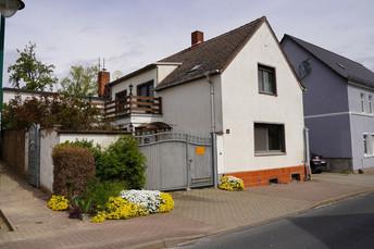 2 - Wohnhaus Straße links.JPG