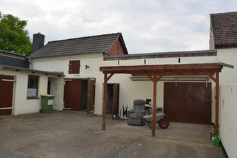 04-Hof mit Nebengebäuden.jpg