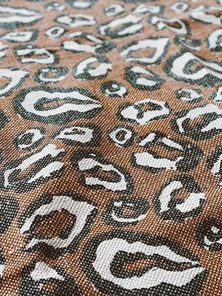 שטיח חום מנומר גדול