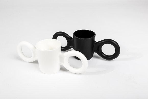 כוס ידיות שחור לבן