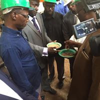 Le Directeur Général et le Directeur des opérations examinent des graines