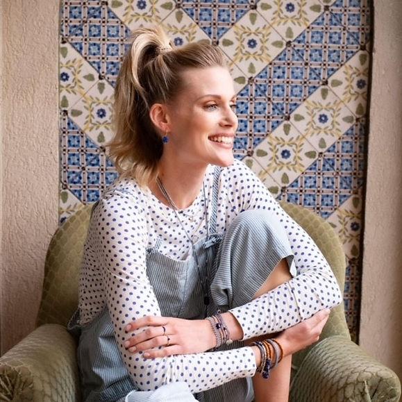Titelbild Frau auf Sessel.jpg