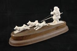 Скульптура Лыжник с собаками, Материал рог лося, цевка мамонта.JPG