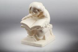 Скульптура Читающий мальчик, Материалт рог лося.jpg