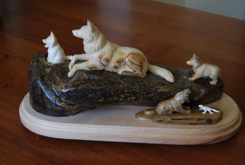 Скульптура Волки,   Материал бивень мамонта, цевка мамонтта.jpg