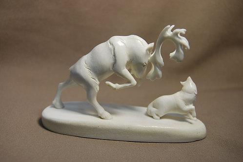 """Скульптура """"Олень и волк"""""""