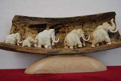 Скульптура Семья мамонтов Материал бивень мамонта.jpg