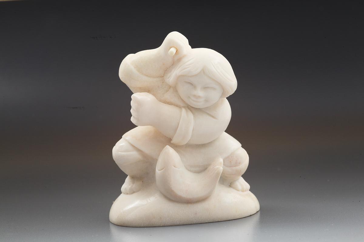 Скульптура Рыбачок, материал рог лося.JPG
