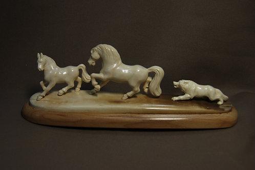 """Скульптура """"Волк и лошади"""""""