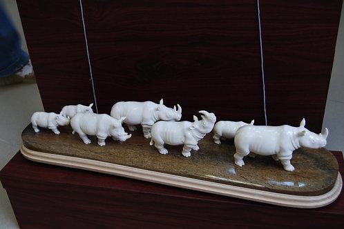 "Скульптура ""Семейство носорогов"""