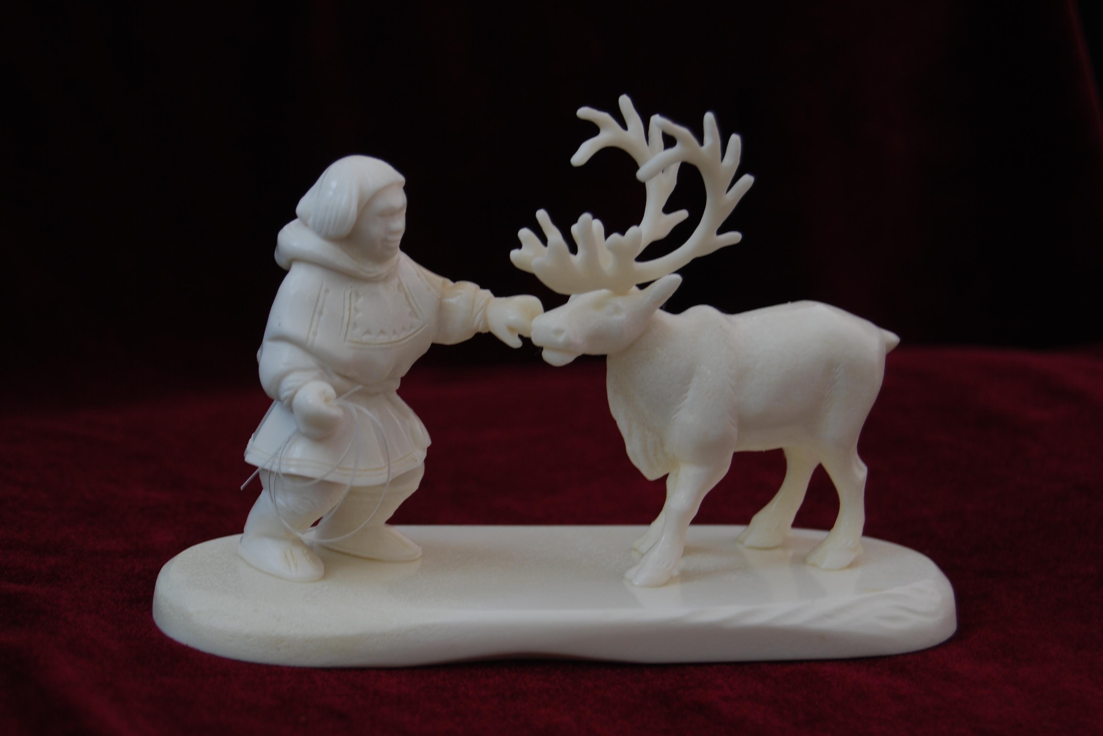 Скульптура Ненец и Олень, Материал рог лося.jpg