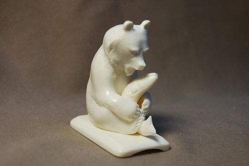 """Скульптура """"Мишка  с рыбой"""""""